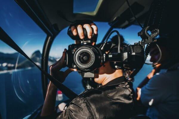 Gebruik van foto van 'dronken co-piloot' leidt tot aantasting eer en goede naam en auteursrechtinbreuk